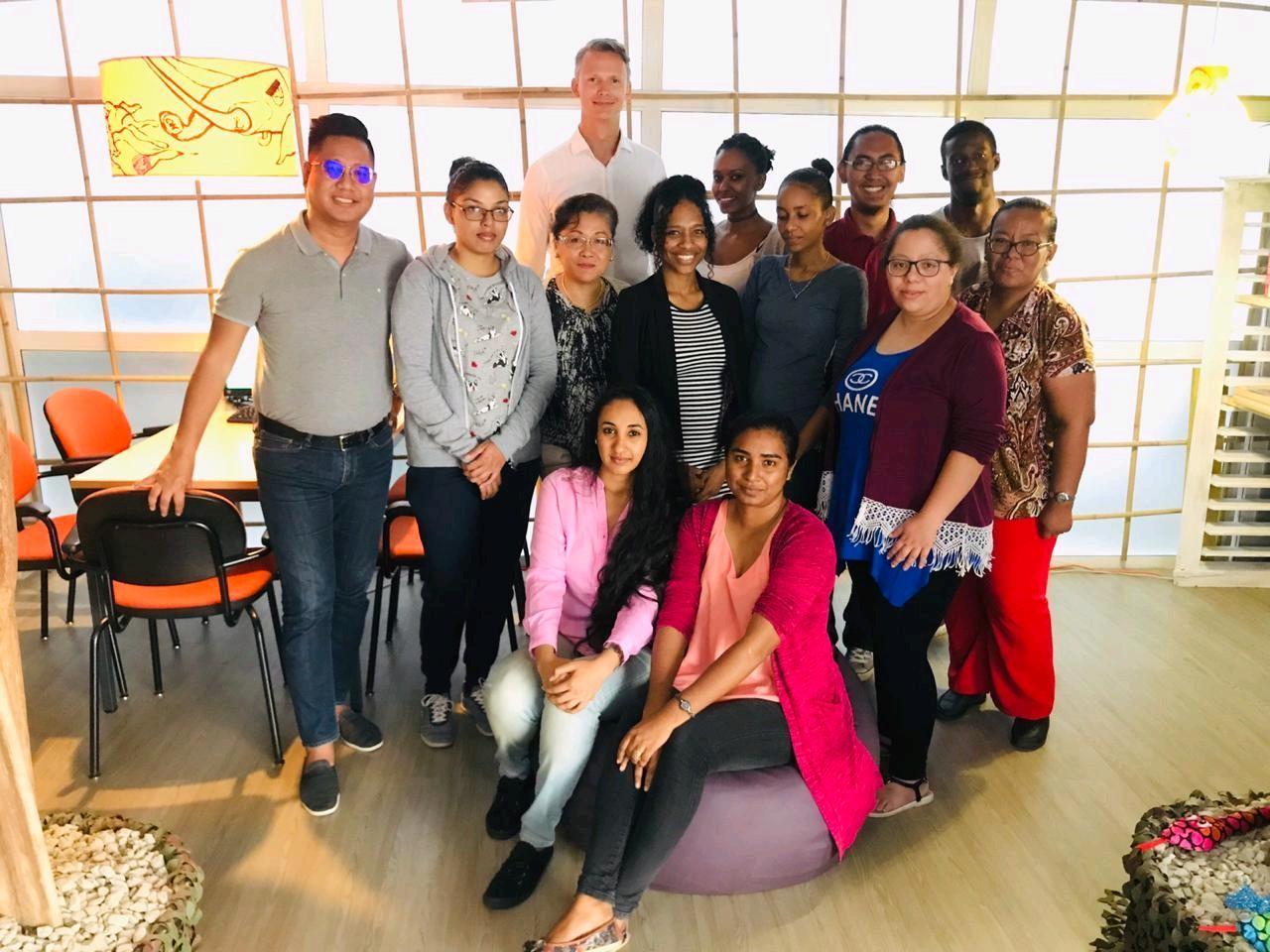 Martijn Wuister van BVA-Auctions met het klantenserviceteam BVA Auctions, Alembo Suriname